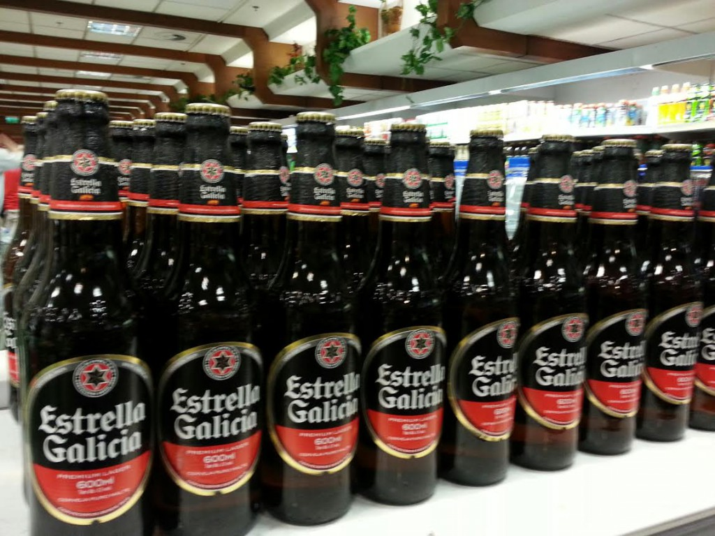 Estrella Galicia nun lineal dun supermercado de Porto Alegre en Brasil